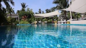 2 hồ bơi ngoài trời, dù/ô trên bãi biển/hồ bơi, ghế dài tắm nắng