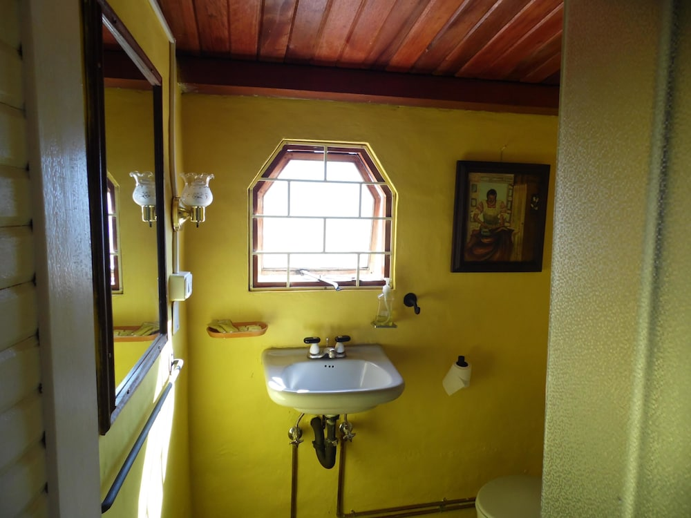 La casa amarilla banos room prices reviews travelocity for La casa amarilla banos