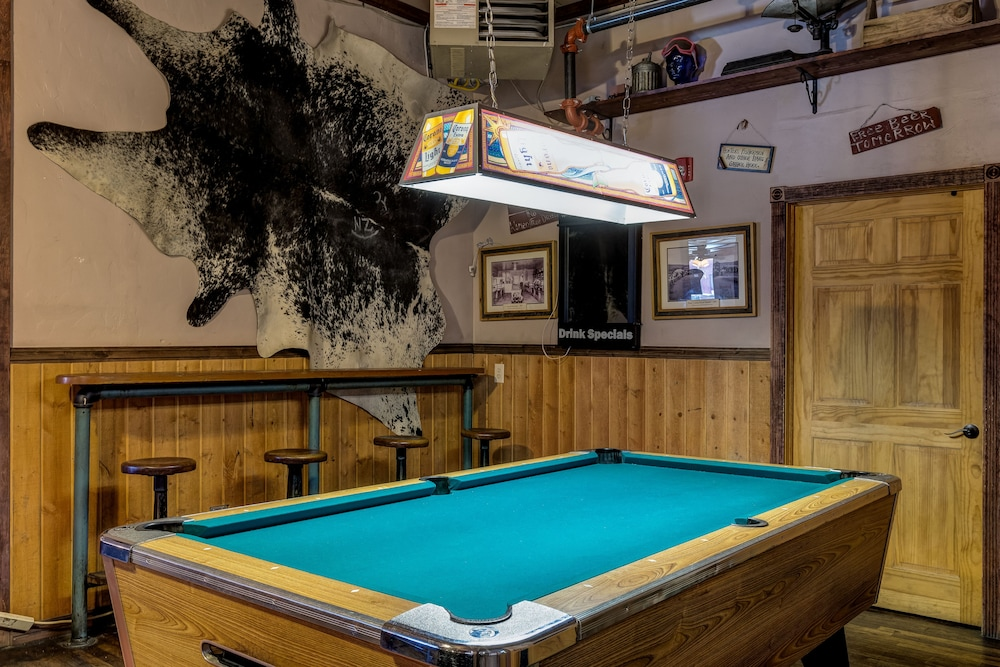 Billiards, HiWay 40 Grill and Lodge