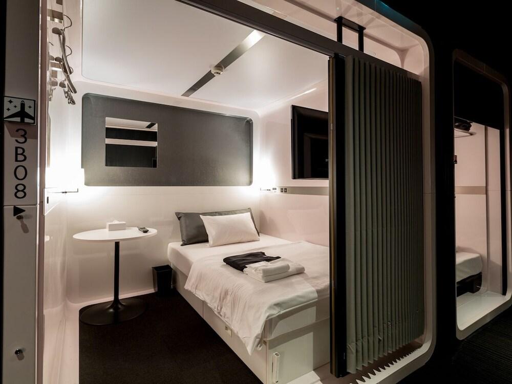 First cabin akasaka reviews photos rates for Cabin hotel tokyo