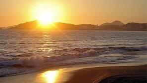Ubicación a pie de playa, arena blanca, sombrillas y toallas de playa