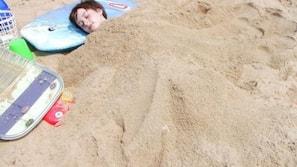 在海灘附近、沙灘巾