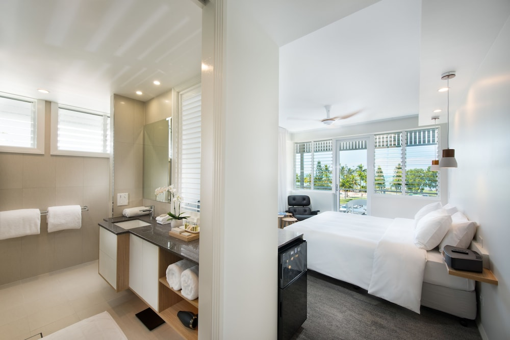 Room, Heart Hotel and Gallery Whitsundays