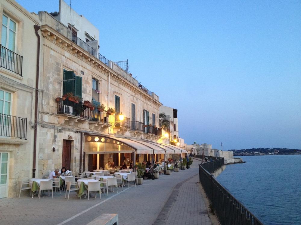 Book medflats sea view apartments in ortigia syracuse for Hotels in ortigia