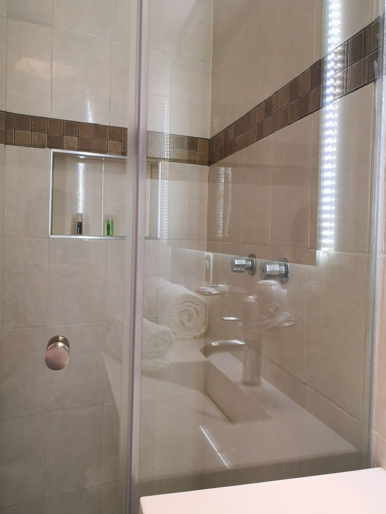 Bathroom, Metropoli Suites Ejecutivas