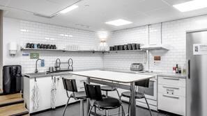 Full-sized fridge, microwave, hob, cookware/dishes/utensils