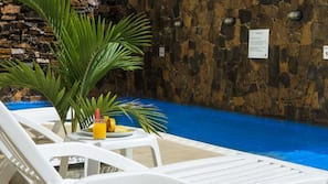 2 개의 야외 수영장, 일광욕 의자