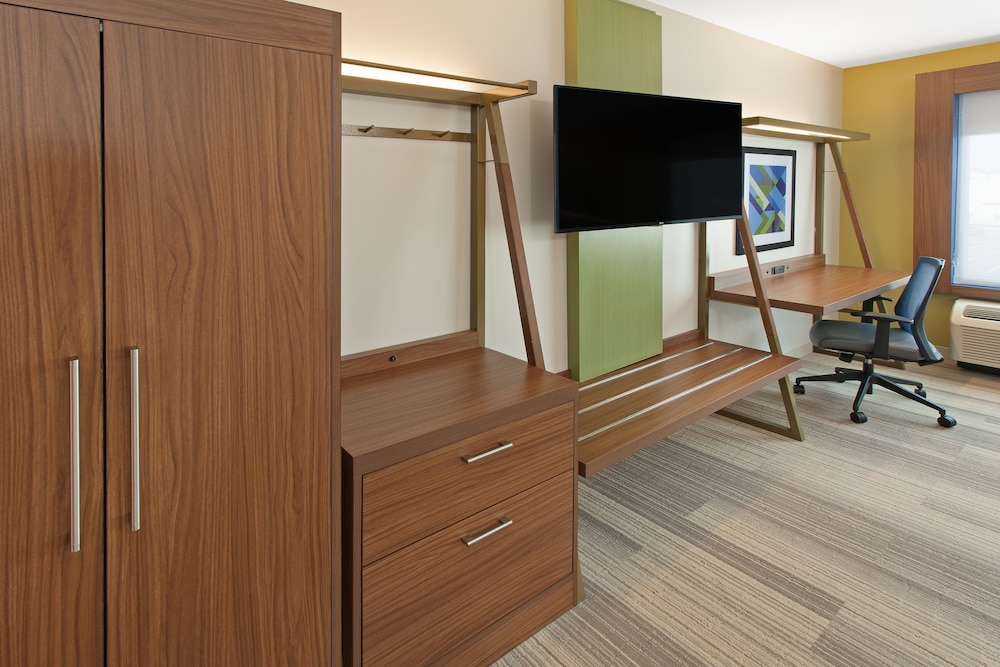 Room, Holiday Inn Express and Suites Detroit/Sterling Heights, an IHG Hotel