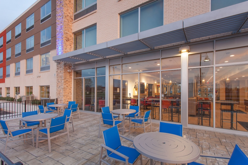 Terrace/Patio, Holiday Inn Express and Suites Detroit/Sterling Heights, an IHG Hotel