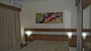1 dormitorio, caja fuerte, decoración individual y cortinas opacas