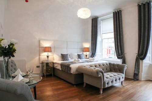 Edinburgh Castle Apartments and Suites
