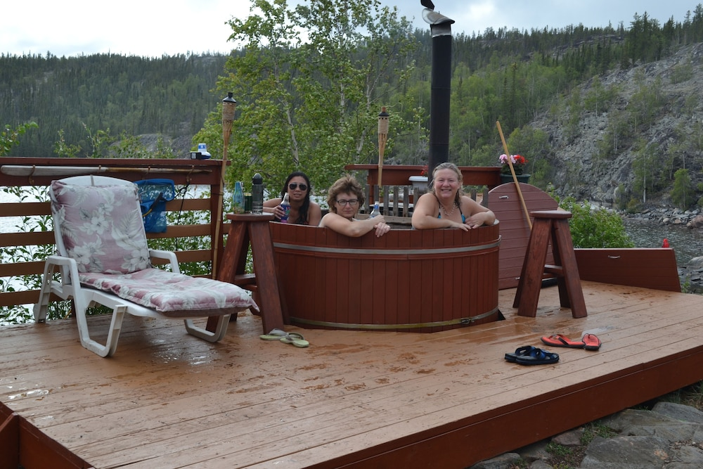 Outdoor Spa Tub, Yellow Dog Lodge