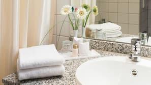 Badewanne, Haartrockner, Handtücher