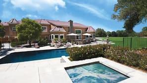 季节性开放的室外游泳池,日光浴躺椅