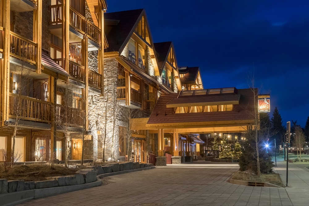 Front of Property - Evening/Night, Moose Hotel And Suites