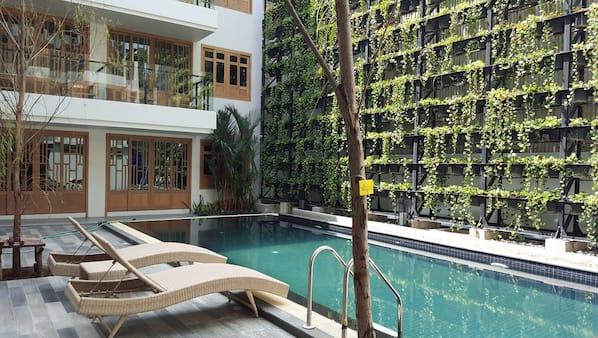 室外泳池;10:00 至 21:00 開放;躺椅