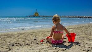 靠近海滩、海滩遮阳伞