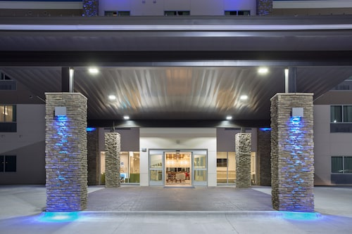 Holiday Inn Express and Suites Lincoln I - 80, an IHG Hotel