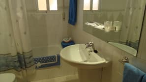 Bathtub, free toiletries, hair dryer