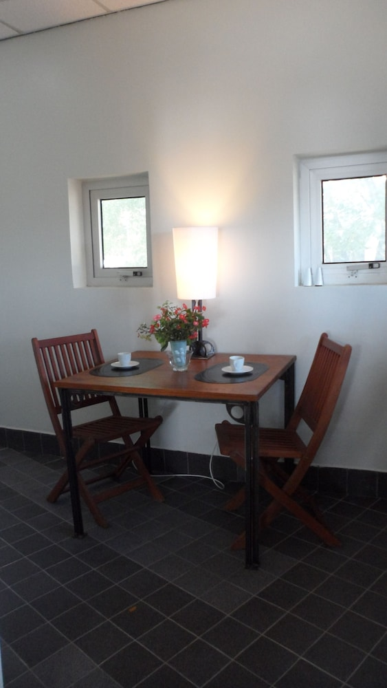 In-Room Dining, Boom Apartments
