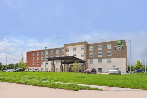Great Place to stay Holiday Inn Express & Suites Omaha Airport near Carter Lake