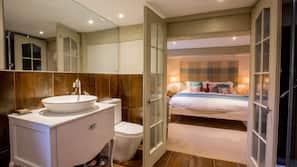 Escritorio, tabla de planchar con plancha, camas supletorias (de pago)