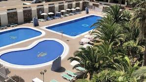 3 piscinas al aire libre (de 9:00 a 21:00), sombrillas, tumbonas