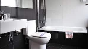 Bañera profunda y artículos de higiene personal gratuitos