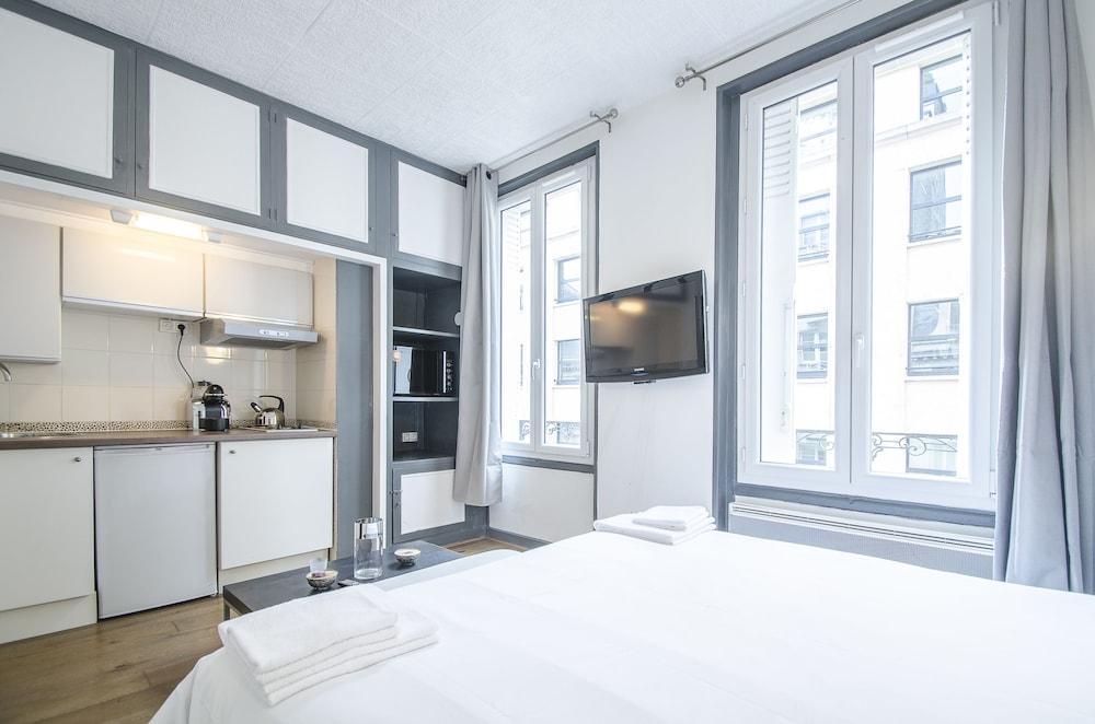 luxury apartment in paris champs elys es paris 2018 reviews hotel booking. Black Bedroom Furniture Sets. Home Design Ideas