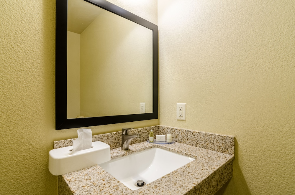 Bathroom, Cobblestone Hotel & Suites - McCook