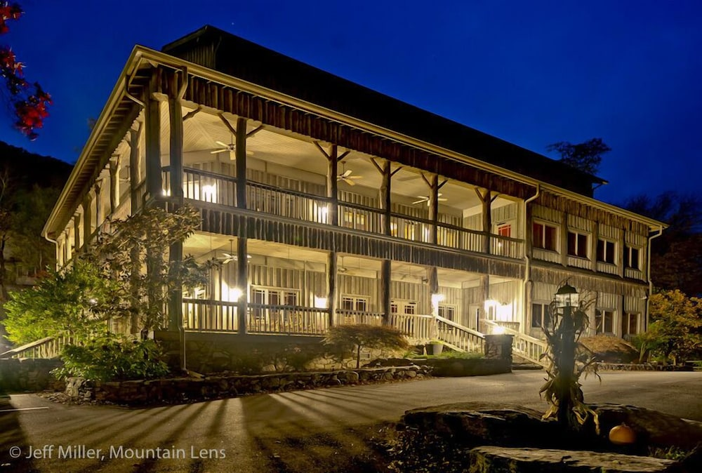 Front of Property - Evening/Night, The Esmeralda Inn at Lake Lure