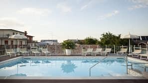 Außenpool (je nach Saison geöffnet), Pool auf dem Dach, Sonnenschirme