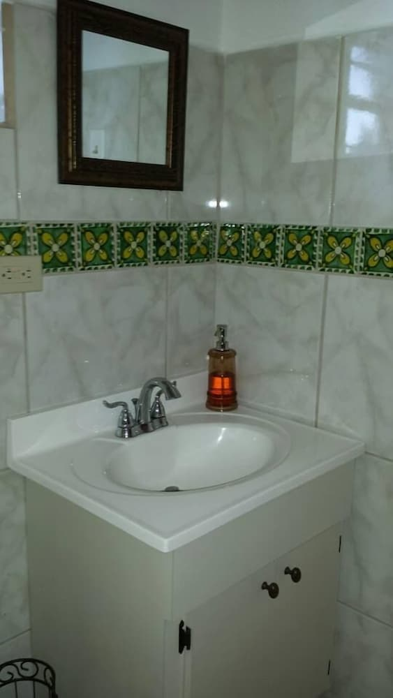 Bathroom, Tres Palmas Inn & Villas
