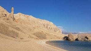 In Strandnähe, weißer Sandstrand, 2 Strandbars