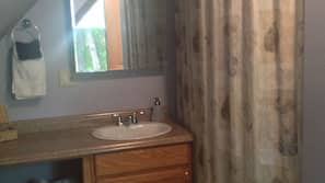 Combined shower/tub, free toiletries