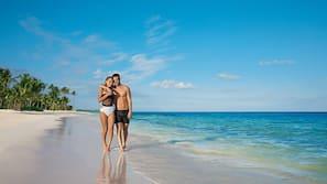 Am Strand, weißer Sandstrand, Strandtücher