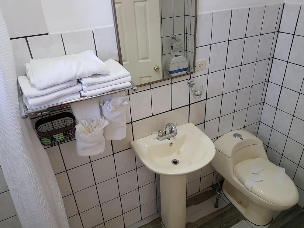 Amateurs In Bathroom Rim