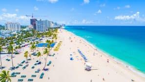 Nära stranden, vit sandstrand, strandhanddukar och 5 strandbarer