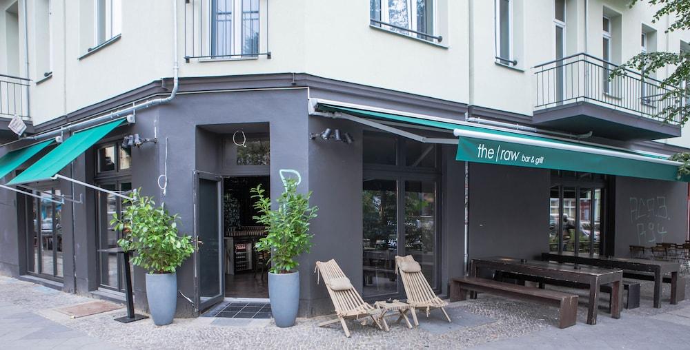 Book chrome cottage berlin berlin hotel deals for Hotels close to mercedes benz stadium