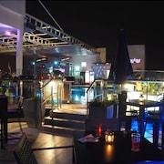 Quầy bar bên hồ bơi