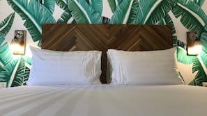 Biancheria da letto ipoallergenica, una scrivania, lenzuola