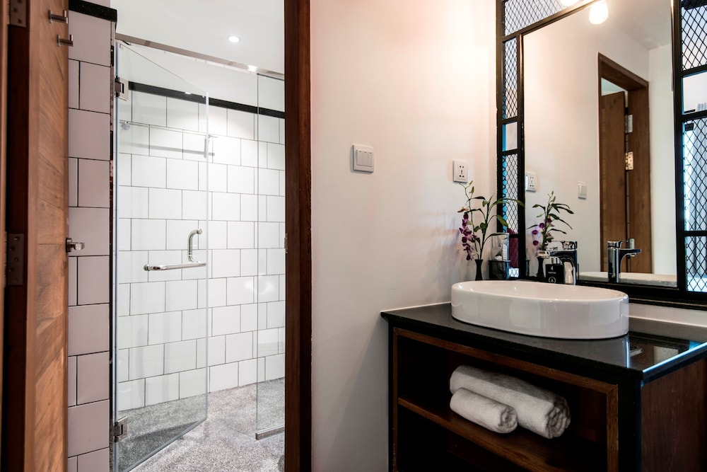Bathroom, Aquarius Hotel & Urban Resort Phnom Penh