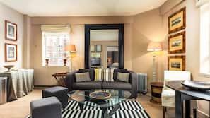 Pengeskab, med varierende møblement, skrivebord, kontorområde til laptop