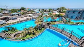 시즌별로 운영되는 야외 수영장, 15:00 ~ 19:00 오픈, 수영장 파라솔, 일광욕 의자
