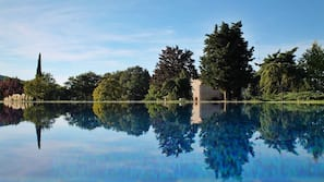 季节性开放的室外游泳池,池畔遮阳伞,日光浴躺椅