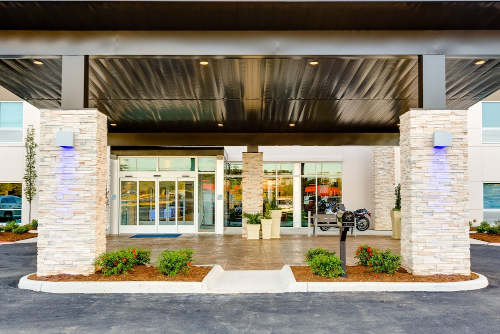 Property Entrance, Holiday Inn Express & Suites Russellville