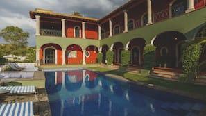 Una piscina al aire libre (de 8:00 a 19:00), sombrillas, tumbonas