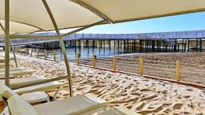 Een privéstrand, cabana's (toeslag), ligstoelen aan het strand, parasols