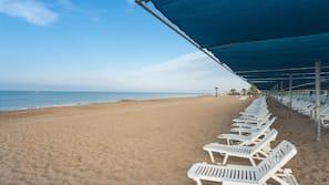 Plage privée, chaises longues, parasols, beach-volley