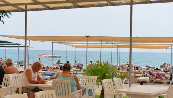 In Strandnähe, Liegestühle, Sonnenschirme, Sporttauchen